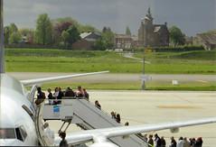 Vlucht (Merodema) Tags: mensen groep stijgen boven op up group people trap escalator vliegtuig plane edge rand