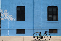 C'est une maison bleue ... (Nathalie Falq) Tags: brooklyn nyc newyork architecture formatpaysage maison paysage paysageurbain vélo fujifilmxt2 xf1855mmf284rlmois fujifilm