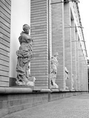 Statues (ucn) Tags: frankfurtammain zeissikondonata2277u tessar135cmf45 fomafomapan200 rodinal 9x12