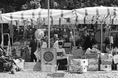Passeggiando per la fiera (sirio174 (anche su Lomography)) Tags: prakticasupertl1000 ilfordhp5 fiera pasqua fieradipasqua bancarelle mercatino stalls barkers venditori manifestazionepubblica como italia italy easter fair easterfair