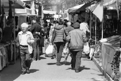Passeggiando per la fiera (sirio174 (anche su Lomography)) Tags: canonav1 ilforddelta400 fiera pasqua fieradipasqua bancarelle mercatino stalls barkers venditori manifestazionepubblica como italia italy easter fair easterfair