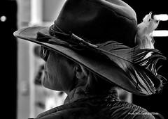 Turista (-Ana Lía-) Tags: flickr nikon mujer retrato perfil bw bn pluma sombrero anteojos gafas personnes people exterior luz santelmo caba argentina portrait candi robado espalda streetphoto stolen robada urban city ciudad contraluz trasluz analialarroude imagen turista woman femme touriste tourist