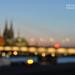 Verschwommenes Hintergrundbild mit Lichtern und Kölner Dom, neben dem Bildtitel Köln Pride 2021, um den CSD zu feiern