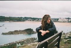 (Šarbel) Tags: ricoh kr5 fujifilm fujicolor c200 35mm analog analogue saintlunaire girl bench bretagne france