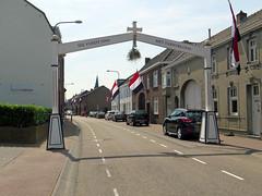 Bloem (Merodema) Tags: boog processie straat street schuin ere