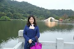 IMG_8516A (Ethene Lin) Tags: 大湖公園 拱橋 欄杆 倒影 人像