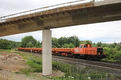 BBL: Lok 05 mit Gleisschotterzug unter der neuen Brücke der Autobahnabfahrt der A 44 in Wehretal (Helgoland01) Tags: bbl v100 eisenbahn railway deutschland germany hessen diesellok wehretal autobahn bridge brücke