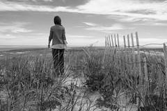 Sea breeze (RubénRamosBlanco) Tags: naturaleza nature paisajes landscapes costa coast valla fence dunas dunes chica girl woman mujer paseo walk capecod mass usa blancoynegro blackandwhite bw