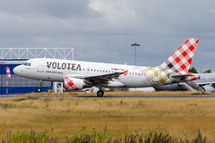 LIL - Airbus A319-111 (EC-MUT) Volotea (Shooting Flight) Tags: aéropassion airport aircraft airlines aéroport aviation avions airbus décollage departing takeoff rotate rotation variopositif montéeinitiale photography photos piste26 passage natw canon 6d ecmut a319 a319111 volotea msn2240 named one
