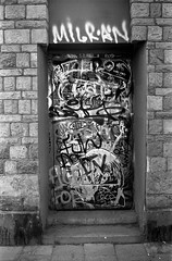 Graffiti (Berggren81) Tags: leica m4 sv blackwhite tmax400 analouge ishootfilm summilux35mm street semester