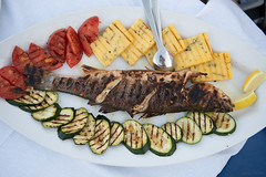 croatian food_fish (seppi_hofer) Tags: croatia kroatien food essen table tisch dishes speisen summer sommer fish fisch roasted gegrillt sides beilagen vegetables gemüse