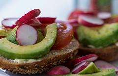 Ich glaub, ich hab noch nie Essen fotografiert. Aber hier fand ich die Farben so schön. (Allbeautifulthings) Tags: brötchen avocado essen