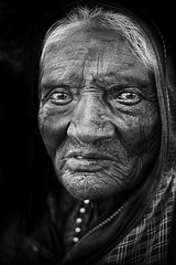 La veuve (Ma Poupoule) Tags: veuve nb noirblanc noir biancoenero bianconero blackwhite bw visage face retrato ritratti regard inde pattadakal yeux eyes