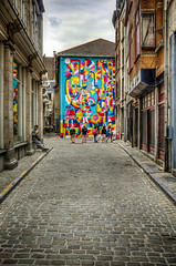 Touristes dans l'impasse (Jean-Marie Lison) Tags: x100t bruxelles steetart pavés hdr