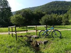 Idyll mit Rad (shortscale) Tags: fahrrad mtb mountainbike corratec superbow quelle bach wiese oberesfilstal