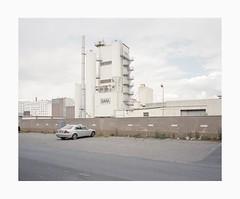 Cologne-Deutz, 2019 (Darius Urbanek) Tags: 120 6x7 kodak mamiya7 portra400 analog color film mediumformat köln cologne car newtopographics decay urban industry