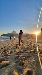 Observar, contemplar e agradecer. ✌☀️🌊 (Cíntia Dillan) Tags: praia ipanema praiana carioca rj brasil brasileiros sol 021 mar natureza beach amazing fotografiabrasil fotografiadecelular