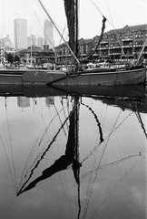 (a.pierre4840) Tags: olympus om3 zuiko 24mm f28 35mmfilm ilford ilfordhp5 hp5 hp5plus bw blackandwhite noiretblanc reflections reflection boat cityscape harbour london england