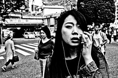 Tokyo Close Up (Victor Borst) Tags: street streetphotography streetlife reallife real realpeople asian asia asians faces face candid city cityscape citylife mono monotone monochrome sexy hot beautiful beauty girl woman lady female blackandwhite bw raw shibuyacrossing fuji fujifilm xpro2 expression expressions tokyo japan japanese