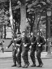 Marche les poings fermés. Paris, juillet 2019 (Bernard Pichon) Tags: paris france bpi760 défilé militaire armée fêtenationale