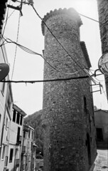 "El ""flatiron"" de Pratdip // Pratdip flatiron (SBA73) Tags: catalunya catalonia catalogne catalogna katalonien cataluña каталония 加泰罗尼亚 カタルーニャ州 baixcamp campdetarragona pratdip filmisnotfdead filmisalive filmphotography ishootfilm ilford panf carrer calle street rue via strasse medieval cases casas house hause flatiron estret slim jupiter12 35mm"
