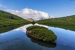 Ibón de Espelunciecha (2) (sostingut) Tags: reflejo lago azul verde agua pirineos roca hierba montaña nubes cielo serenidad paisaje isla d750 nikon tamron valle verano