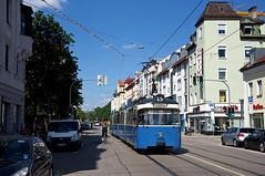 """P-Zug 2005/3037 ist wieder einsatzbereit: Das Gespann ist auf der """"inneren"""" Tegernseer Landstraße zwischen den Haltestellen Ostfriedhof und Silberhornstraße unterwegs (Frederik Buchleitner) Tags: 2005 3037 linie15 munich münchen pwagen strasenbahn streetcar tram trambahn"""