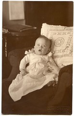. (Kaïopai°) Tags: vintage baby kleinkind kind child sessel portrait portraiture seeliger kissen