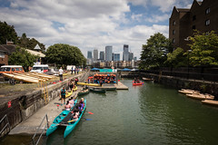 Limehouse, London (Adrià Páez) Tags: limehouse london tower hamlets greater uk united kingdom england skyline buildings skyscraper city sky clouds children kids people canoes canoe canoeing water basin canon eos 7d mark ii street photography wapping great britain