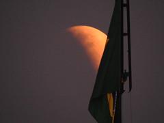 Lua e bandeira (Alexandre Marino) Tags: brasil brasília moon lua eclipse bandeira