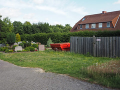 Without words (218) (Suchbild) Tags: friedhof grab container haus zaun holz gras cemetery tomb grave house fence