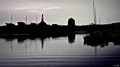 Une ombre plane (Un jour en France) Tags: port mer église bateau canoneos6dmarkii canonef1635mmf28liiusm camaret bretagne breizh ciel cielpaysage reflet