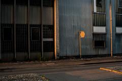 Urbane Lichtspiele (Eddybildmacher) Tags: urban strase strasenansicht schwarz licht lichtstrahl light lage landschaft struktur stadt stadtgeographie sonnenuntergang sonne raum drausen gebäude gebiet gelände fassade fabrik orange konstruktion kontrast hell hellunddunkel aalen architektur angestrahlt farben vertikal verkehrswege trist