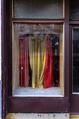 Neubau, Vienna (::ErWin) Tags: neubau wien österreich auslage vorhang rot curtain display schaufenster abandoned shopwindow