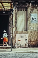 Echos de vélos (Isa-belle33) Tags: bordeaux fujifilm urban urbain city ville child kid girl fille enfant door porte window fenêtre old ancien street streetphotography streetart streetartbordeaux