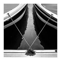 una tensa simetria / a tense symmetry (Luis kBAU) Tags: mar sea barcos boats rope cabos tension v reflejo reflection muelle dock norai cornamusas
