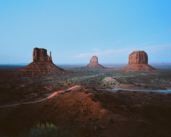 Monument Valley (Thomasaurus) Tags: mamiya7ii rangefinder 6x7 mediumformat film kodakektar ektar monumentvalley theviewhotel navajo desert sunset le longexposure arizona utah ektar100 red 67 120film analog landscape blue breath taking landscapes breathtakinglandscapes filmisnotdead analogue filmphotography analogphotography 120 thefindlab vintage classic retro mamiya7
