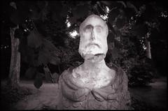 Mais qu'est-ce qu'elle a ma gueule? (Gauthier V.) Tags: toycamera ultrawideslim urbain parc statue érosion bruxelles régiondebruxellescapitale belgium