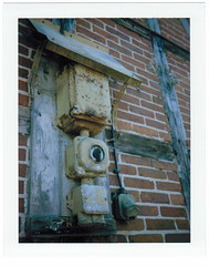 Ladestation? (RKE_nord) Tags: trennbild fp100c polaroid analog sofortbild instant fachwerk elektro