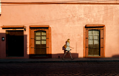 Salir de la sombra mañanera (Marcos Núñez Núñez) Tags: street streetphotography streetphotographer streetcolor canoneosrebelt5 oaxaca calle fotografíacallejera fotografíacolor color sombras luz