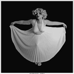 laura marilyn (villatte.philippe) Tags: laura en robe de marilyn nb plissée carré