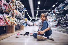 Shopping ! (Yannick Charifou Photography ©) Tags: nikon d850 afs28mm14e nikkor lens prime gold ring enfant enfance child childhood dof depthoffield bokeh wideopen magic moment yannickcharifouphotography shopping