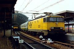 1307 (lex_081) Tags: 18d01 19900601 ns station utrecht cs centraal trein 345 dr db