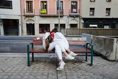 (Ibon M.) Tags: iruña iruñea pamplona pampelune sanfermin fiestas festival runningofthebulls 2019 sleepers lotiak durmientes revelers juerguistas durmiendo pareja couple chicas girls street calle banco bench public resaca morning mañana goiza hangover