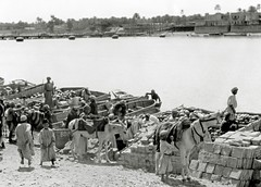 Boats being unloaded along the coast of Iraq ( c1932 )