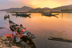 429A1557.0719.Phá Tam Giang.Phú Lộc.Thừa Thiên Huế (hoanglongphoto) Tags: lagoon asia asian vietnam life people dailylife sunrise tamgianglagoon peoplesfishing thefishingboat boat fishingman sky redsky hill hillside water canon canoneos5dsr canonef2470mmf28liiusm thừathiênhuế phúlộc phátamgiang bìnhminh bầutrời bầutrờimàuđỏ dãyđồi cuộcsống đờithường ngưdân thuyền thuyềnđánhcá dawn dawnontamgianglagoon bìnhminhtrênphátamgiang waterreflection phảnchiếu soibóng landscape scenery vietnamlandscape vietnamscenery landscapeandpeople phongcảnh phongcảnhcóngười người