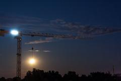 Moonn vs. crane / @ 40 mm / 2019-07-17 (astrofreak81) Tags: explore saturn mond luna moon planet stars tree light night sky dark konjunktion konstellation dresden 20190717 astrofreak81 sylviomüller sylvio müller