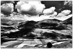 paesaggio in chiaroscuro (le foto del geometra) Tags: castelluccio clouds cloudy italia umbria landscape moutain blackandwhite blackwhite absoluteblackandwhite nikon nikond300 summer storm country