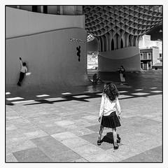 Jeux.... (francis_bellin) Tags: olympus garçon espagne streetphoto street netb photoderue fille enfants noiretblanc blackandwhite plazamayor andalousie rue jeux bw 2019 séville