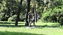 um 1965 Berlin-O. Familie von Hans-Detlef Henning Bronze Ernst-Grube-Straße 4 in 12555 Spindlersfeld (Bergfels) Tags: skulpturenführer bergfels um 1965 1960er 20jh ddr berlin ostberlin familie vater mutter kind hansdetlefhenning hdhenning henning bronze ernstgrubestrase 12555 spindlersfeld skulptur plastik beschriftet